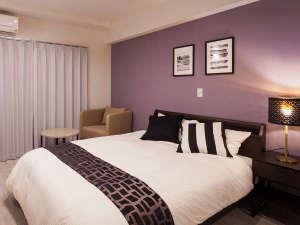 かりゆしコンドミニアムリゾート北谷ARAHA SUNSET:ゆとりの1400mm幅フランスベッドを導入。心地よい睡眠へ誘います。