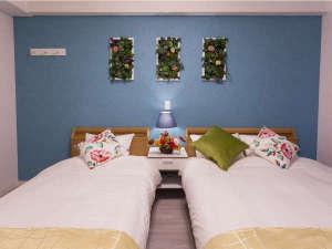 かりゆしコンドミニアムリゾート北谷ARAHA SUNSET:【フローラルラージツイン26㎡】ダブル1台と、シングル1台のフランスベッドを導入(定員3名)。