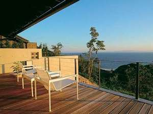知多半島海のしょうげつ :【ロビーデッキ】海と夕日を見ながら贅沢なひと時を