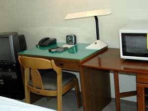 ウィークリーマンション・インパクト8:ベッドの横には机、テレビ、電話、電気スタンド、電子レンジ