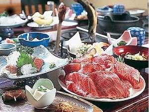 旅館 紅葉(こうよう):飛騨牛のしゃぶしゃぶや川魚など囲炉裏卓でいただく夕食(一例)