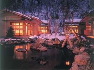 離れの宿 よもぎ埜:【外観】池を囲むように立つ離れの雪景色