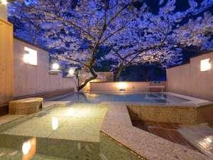 離れの宿 よもぎ埜:夜の『森と桜の湯』