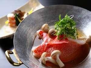 翠山亭倶楽部定山渓:季節の味覚を存分にお楽しみください。(写真は冬のお料理の一例/釧路産キンキのお鍋)。