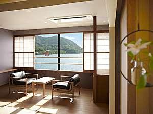 蔵宿いろは:松の緑に縁取られた弓なりの海岸線と朱塗りの大鳥居、思わず息をのむ風景が窓いっぱいに広がるお部屋です。
