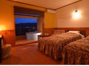 【カボチャ(ツイン)】露天風呂付客室〓夕暮れのマジックアワーには風景が素敵な色合いに染まります
