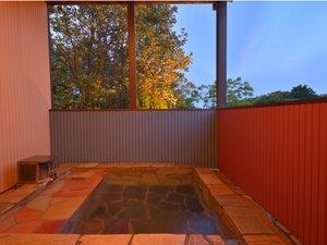 【庭の貸切露天】開放的な露天風呂から遠景に富戸の港町をご覧いただけます