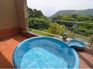 プチホテル陽だまりの丘 全室に露天風呂付き:【ツイン(18㎡)】客室専用露天風呂:森に囲まれた遠景には港町「富戸(ふと)」が浮かび上がります。