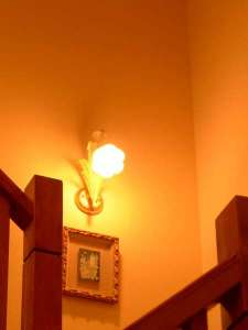 玄関ドアを入り,チェックインを済ませたら,この階段で2階の客室へ