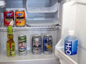 お部屋に設置している冷蔵庫内の飲料は無料サービスです。自由にどうぞ!