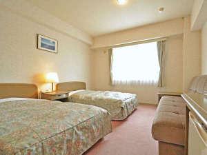 富良野ホテル ベルヒルズ:【ツイン】窓から陽光が差し込む明るい雰囲気のツインルーム※全室禁煙