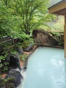 かつらの湯 丸永旅館:鮮やかな緑を眺めながらゆっくりと浸かる露天風呂