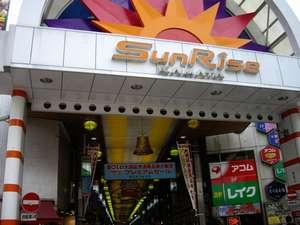 JR蒲田駅西口のサンライズ商店街。商店街を通れば雨の日もホテルまで快適です。