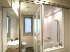 客室は開放感溢れるガラス張りで、        浴槽・トイレはセパレート