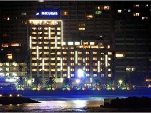 熱海港より撮影したミクラス外観。夜はライトアップされます。