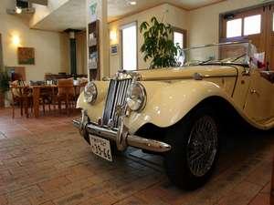 レイクサイドリゾート クッシャレラ:ホールには英国のスポーツカーも同居。くつろぎのひととき、古き良きイギリスに思いをはせて下さい