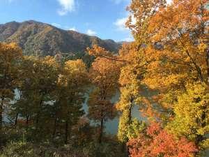 赤谷湖と紅葉