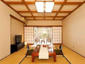 山側客室(10畳)湖と反対側になりますが静かにのんびりお過ごしできます