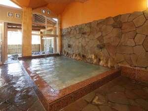 露天風呂付大浴場です。外の露天風呂から赤谷湖を一望することができます。