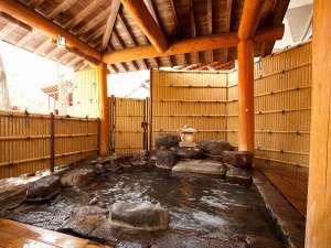 大浴場からそのまま入れる露天風呂です。目の前にある赤谷湖を一望できます