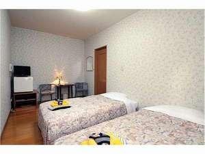 ペンション森のふくろう:洋室(天井が高くぐっすりと眠りにつけます。)