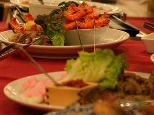 ホテル ナガシマ:夕食バイキング。和食・洋食など、いろいろな種類を召し上がっていただけます。