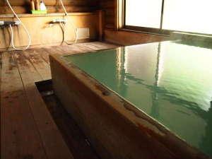 岩と檜の貸切露天 詩季の宿 白樺の庄:檜の内湯。白濁の温泉でぽっかぽか♪