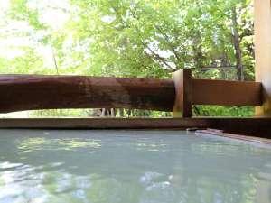 岩と檜の貸切露天 詩季の宿 白樺の庄:檜の貸切露天風呂