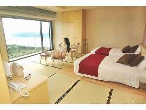 休暇村 紀州加太(きしゅうかだ)~和歌山の旬と絶景露天の宿~:お部屋に入ったらお寛ぎのひとときを。行きかう船に流れる雲など飽きることないこの景色。