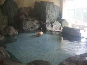 富士と湖を望む絶景宿 グリーンレイク:大きな岩を配した湯船富士山を望む温泉大浴場