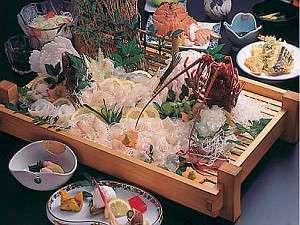 小浜温泉 恵比須屋旅館:伊勢海老&ひらめプランの夕食一例(活造りは2・3名盛)見た目にも色鮮やかで、新鮮な魚介がいっぱい!