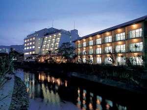 当館は伊東温泉の中心を流れる松川沿いにございます。