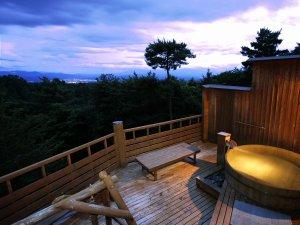 登山電車で行く絶景露天風呂の宿 常盤館:夕暮れ時には、空と雲が織り成す様々な表情を見ることができます。遠くに見える明かりは佐久平周辺です。