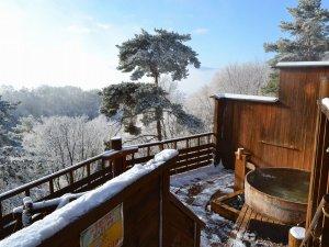 登山電車で行く絶景露天風呂の宿 常盤館:展望露天風呂雲の助の冬景色。雪の後は雪見露天風呂が楽しめます。