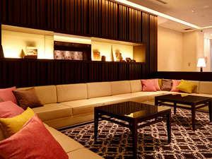 FORZA ホテルフォルツァ博多(筑紫口):-ロビー/リビングルームのような落ち着いた空間には心地よい音楽が…