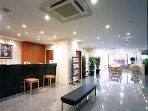 スマイルホテル静岡:白を基調とした明るく解放感あふれるロビー。