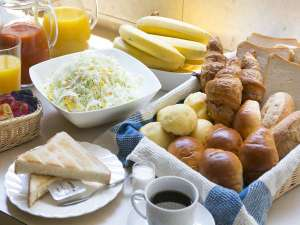 スマイルホテル静岡:素材にこだわったヘルシー朝食を無料サービスしております(パン、サラダ、ドリンク、ヨーグルト)