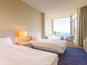 【ツインルーム】120cm幅ベッド2台の客室。3名様利用の場合はソファベッドをご用意。