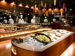 ホテルロコアナハ:レストランアレッタのオープンキッチン、朝食バイキングには50種類以上の料理が並びます。