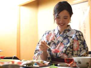 ご夕食風景~新鮮な日本海の幸や、地元の恵みをご賞味ください~