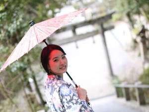 """温泉街をお散歩♪パワースポット""""玉作湯神社""""までは徒歩3分!陽射しの強い日は日傘をどうぞ。"""