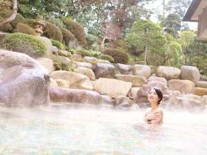 【大浴場 神話の湯「露天風呂」】四季折々の風情を感じる広々とした空間で、ほっこりぬくぬく♪