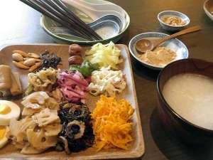 アーケードリゾートオキナワ ホテル&カフェ<沖縄市>:【朝食】台湾粥や煮物などのお惣菜を中心としたワンプレート料理をご用意