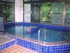 栃尾又温泉 湯治の宿 神風館:*「うえの湯」源泉掛け流しのぬる湯で長湯をしながら、ゆったりご入浴下さい。