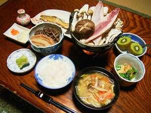 栃尾又温泉 湯治の宿 神風館:*夕食一例。旬のもの、地のものを使った手作りのお料理が並びます!