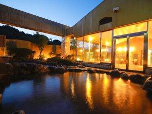 抜群の解放感!屋上の「天望露天風呂」は男女朝夕入れ替え制。画像は「月の湯」
