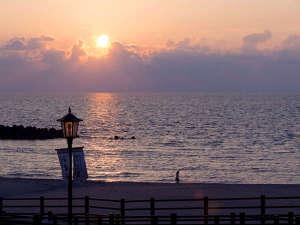 絶景の夕陽に心癒され 庄内の美味を堪能 游水亭いさごや:【庄内浜夕景】日本の夕陽百選にも選ばれた庄内浜が誇る絶景