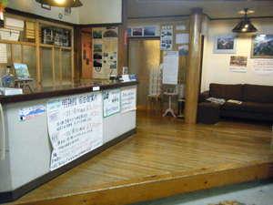 明神館フロント。事務室も兼ねています。電話受けもここの中です。「岳」の小屋の雰囲気らしい