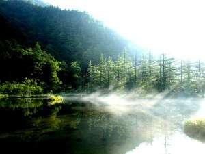 上高地 朝焼けの宿 明神館:明神池は、穂高神社の池。ここからは明神岳は、あまり見えませ。朝もやが奇麗です。当館から徒歩5分。