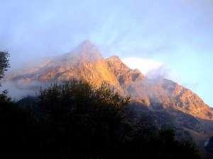 上高地 朝焼けの宿 明神館:朝焼けの明神岳。明神館内、または、明神館外の明神広場から。